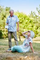 Mann hilft alter Frau bei Schwächeanfall