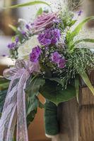 Kirchenbankdetails mit floralem Hochzeitsschmuck