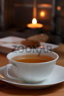 Teetasse mit Kandisstangen und Kerzenlicht in Laterne