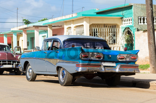Blauer amerikanischer Oldtimer im Landesinneren von Kuba