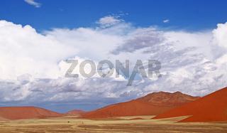 Dünen und Wolken in der Namib-Wüste, Namibia; dunes and clouds in the Namib-desert