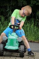 Kind mit Spielzeugtraktor