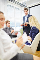 Berater steht im Business Meeting