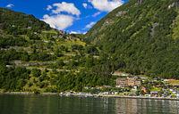 Serpentinen der Adlerstrasse und Grande Fjord Hotel am Ortseingang Geiranger am  Geirangerfjord
