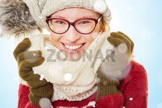 Lachende Frau im Winter im Schnee