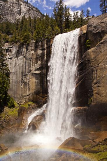 Vernal Fall Wasserfall mit Regenbogen im Yosemite Nationalpark, Kalifornien, USA