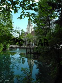 Blautopf-Klosterkirche spiegelt sich im Wasser