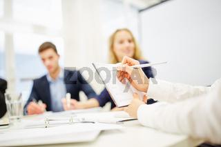 Hand macht Notizen bei Beratung