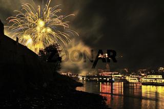 Feuerwerk in Oberwesel bei Rhein in Flammen, illuminierte Schiffe, Burg Schönburg, Mittelrheintal