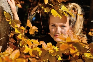 Junge Frau mit Herbstlaub