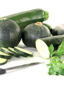gemischte Zucchini mit Petersilie und Messer