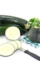 Zucchini auf einer karierten Serviette