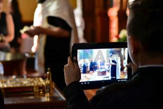 Junge hält eine Tablet in der Hand und filmt