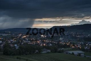 Die Stadt Eschenz und Stein am Rhein, am Horizont Starkregenfälle