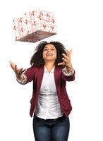 Frau fängt Weihnachtsgeschenk