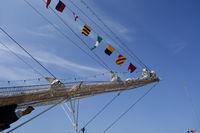 Bug eines Windjammers mit Flaggen vor blauem Himmel