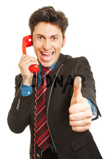 Jubelnder Gewinner am Telefon