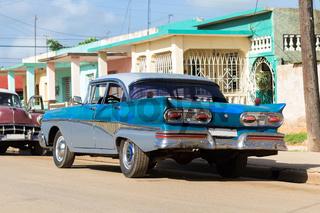 Parkender blauer amerikansicher Oldtimer in Santa Clara Kuba