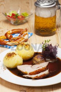 bayrischen Schweinebraten auf einem Teller