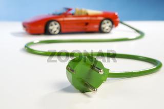 Roter Sportwagen mit Stromkabel