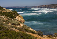 Die felsige Küste der Algarve, Praia da Bordeira/Portugal