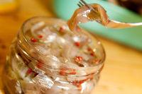 marinierte Sprotten oder Anschovis in einem Glas