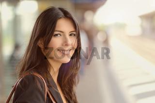 Lächelnde brünette Frau