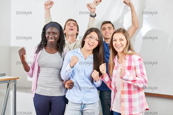 Schüler jubeln mit geballter Faust
