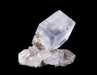 Steinsalz Kristall Vorderansicht auf schwarzem Hintergrund