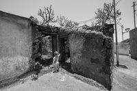 Mädchen in einer Ruine