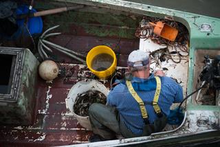 Fischer puhlt Krabben
