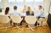 Geschäftsleute arbeiten im Team