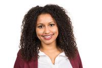 Lächelnde dunkelhäutige Frau mit einem Afro-Look