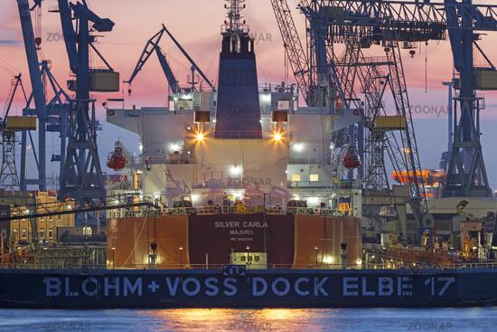 Tankschiff im Trockendock von Blohm und Voss in Hamburg, Deutschland, Europa