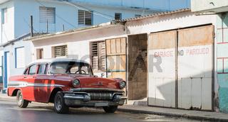 Orangener Oldtimer im Landesinneren von Cuba Santa Clara