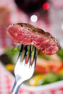Scheibe eines Steaks auf einer Gabel