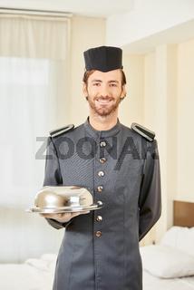 Page im Hotel mit Speiseglocke