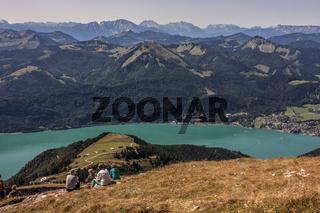 Ausblick vom Schafberg auf den Wolfgangsee und die umgebende Berglandschaft