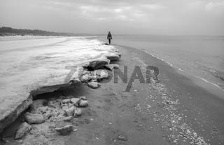 Ostsee - Strandspaziergaenger im Winter