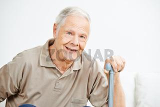 Alter Mann als Senior mit Gehstock