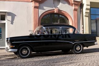Alter schwarzer Opel