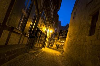 Historische Gasse in Quedlinburg bei Nacht