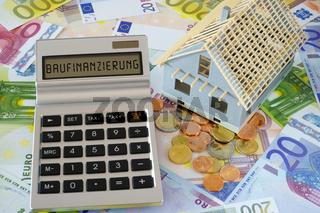Das Wort Baufinanzierung auf Display eines Taschenrechners