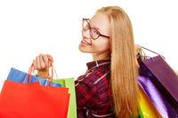 Frau beim Shopping schaut über Schulter