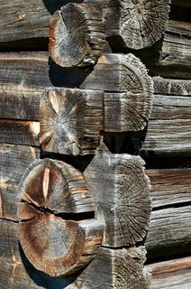 Holzbalken an einer Almhuette im Montafon
