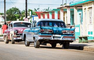 Blauer amerikanischer Oldtimer parkt auf der Landstrasse im Landesinneren von Kuba