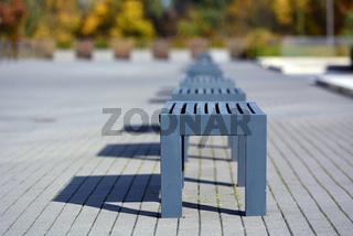 Blaue Sitzbänke