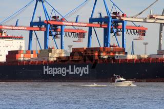Containerfrachter mit Kränen