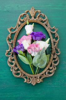 Frische Blumen in vintage Rahmen
