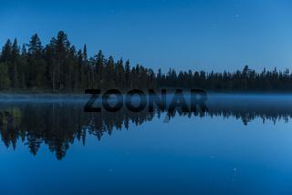 Abenddaemmerung an einem Waldsee, Lappland